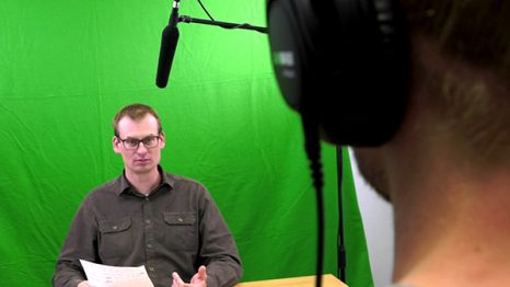 Marcel Knuth vorm Greenscreen