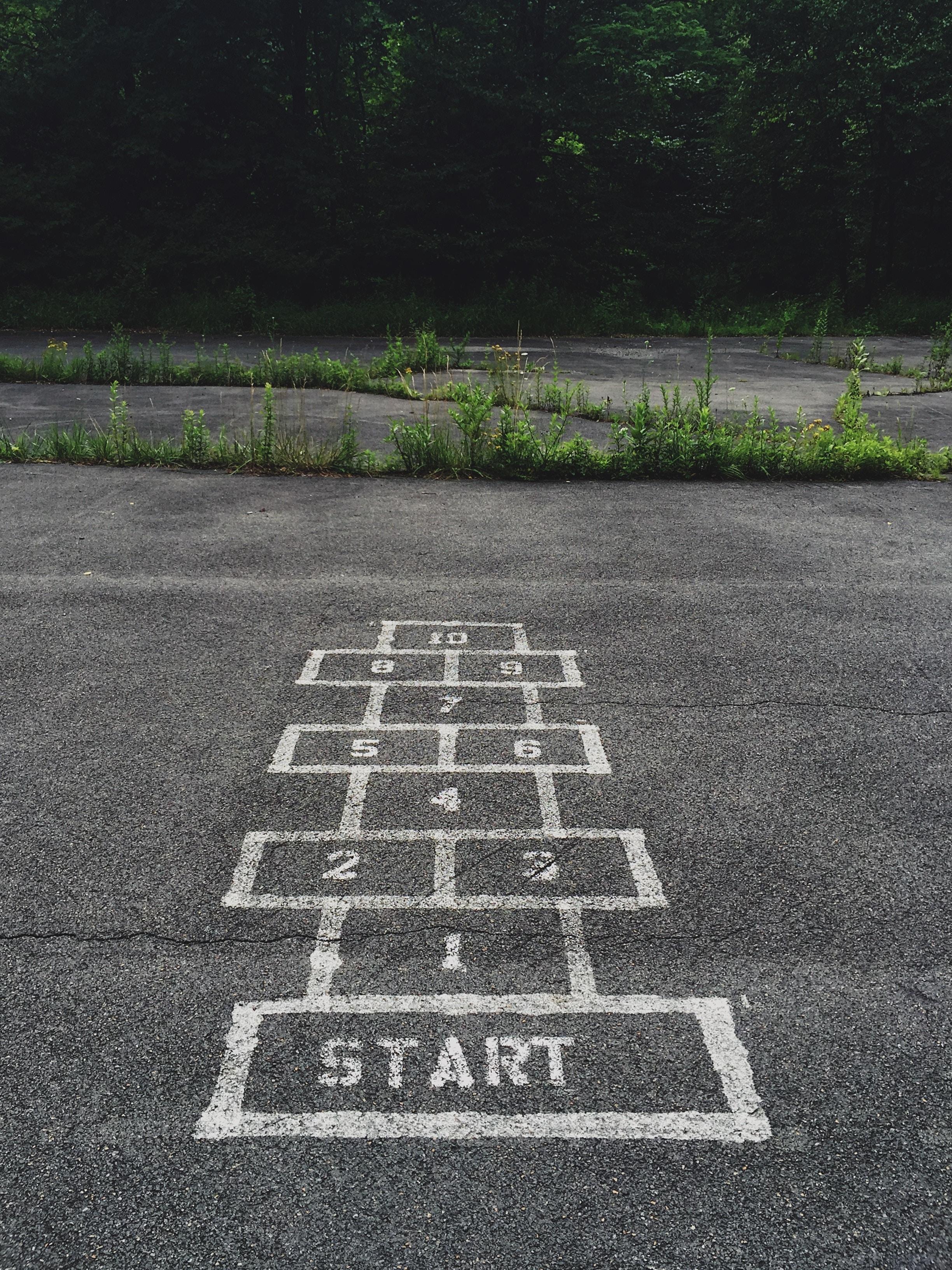 START mit Kreide auf Boden geschrieben