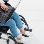 Chancengleich und diskriminierungsfrei: Studieren ohne Behinderungen, Person im Rollstuhl mit Laptop