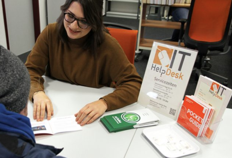 IT-Helpdesk-Schreibtisch in der FH-Bibliothek