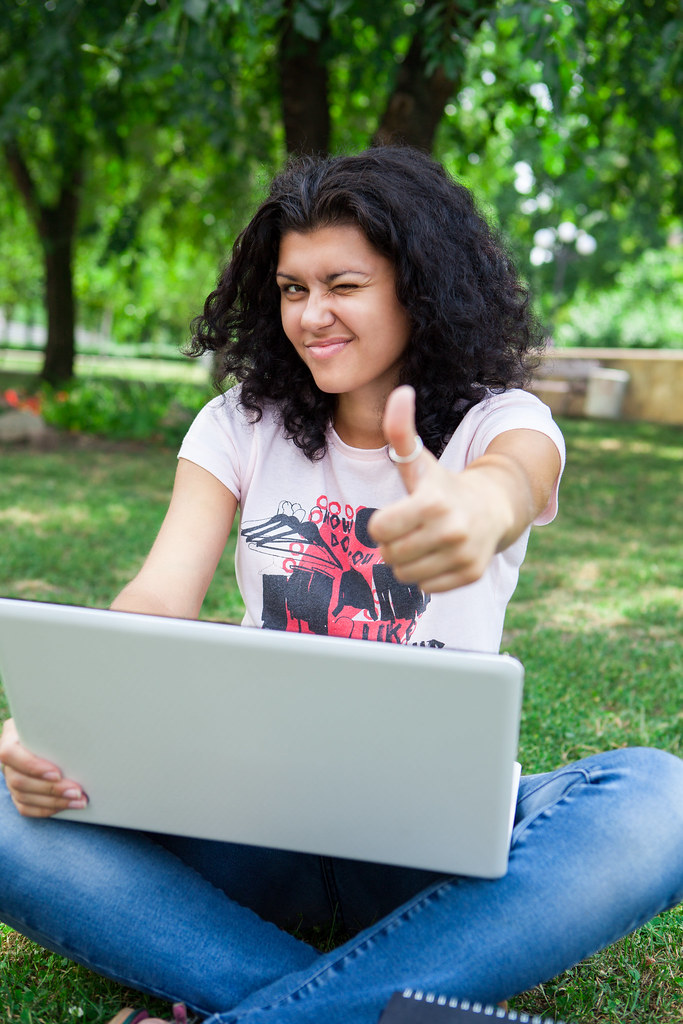 """""""Girl on Laptop in Park"""" von CollegeDegrees360 (lizensiert unter CC BY-SA 2.0)"""