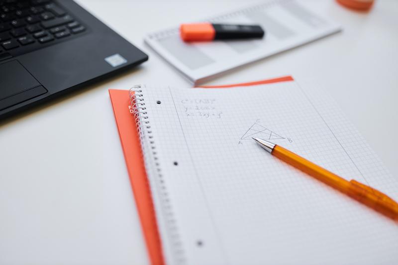 Schreibblock, auf dem mathematische Notizen zu sehen sind