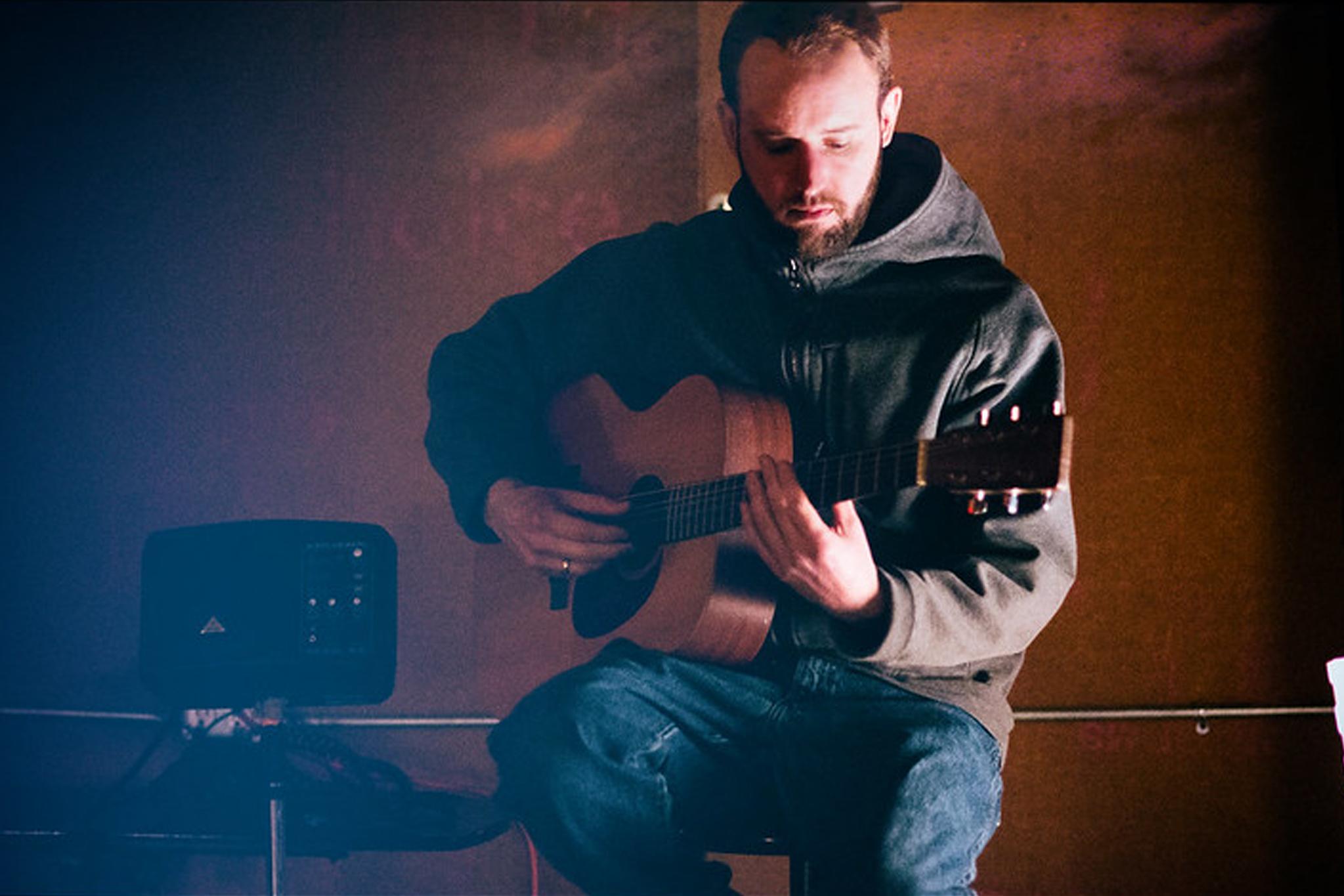junger Mann mit Gitarre. zur Bebilderung von OER-Tracks.